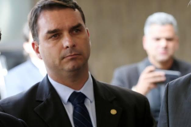 Flávio Bolsonaro dá versões sem sustentação sobre extrato bancário e compra de imóveis