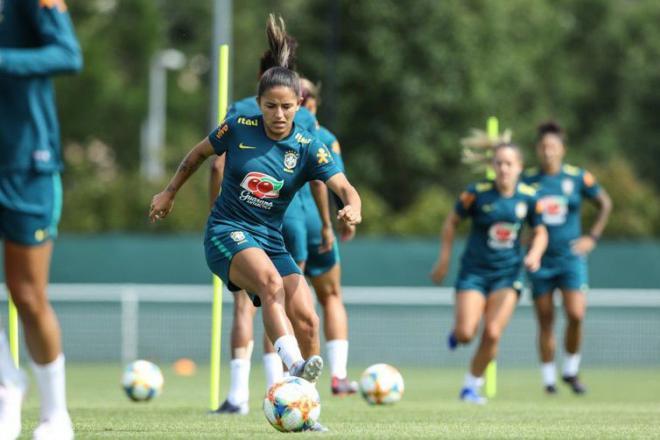 Seleção feminina faz primeiro treino em Grenoble