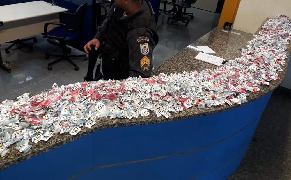 PM apreende mais de 3 mil pinos de cocaína em Macaé, no RJ