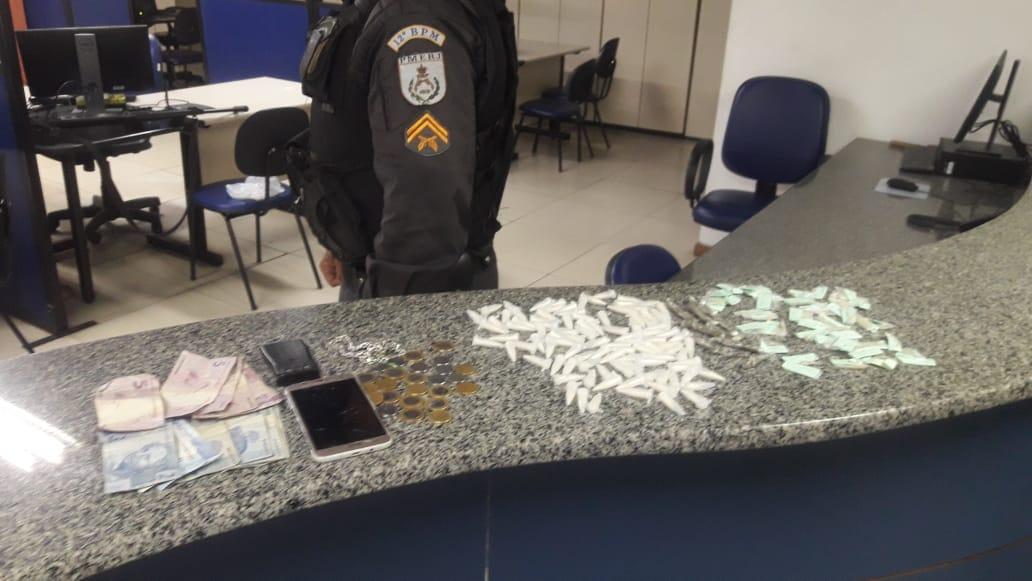 Pms prende um homem com drogas na MCMV de Inoã