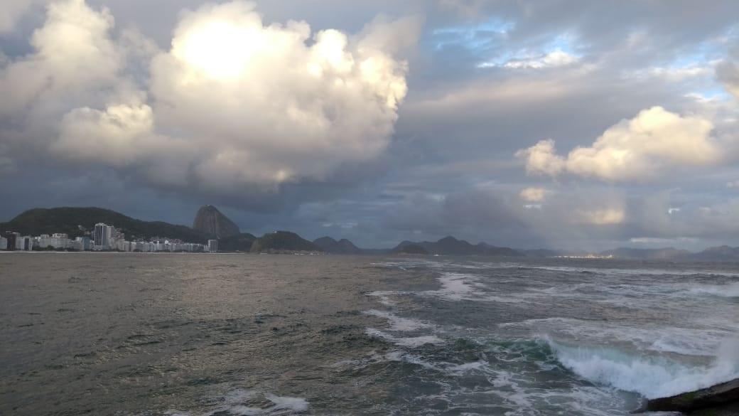 Frente fria chega ao Rio e traz ventania, chuva e queda de temperatura