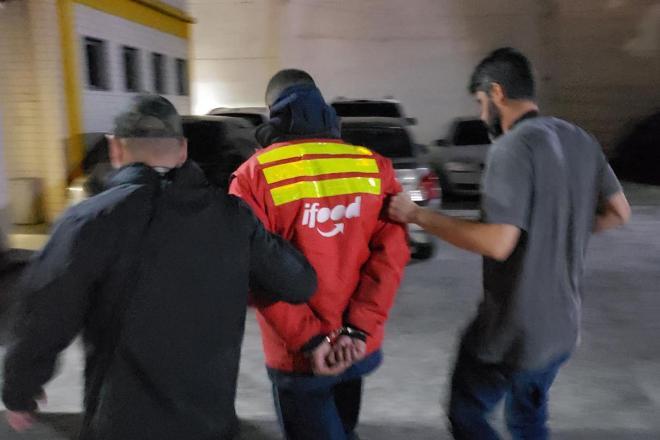 Entregador é preso por roubo em Niterói