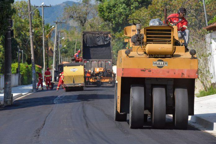 Pavimentação e 'tapa-buracos' em Itaipuaçu, Condado e Bambuí