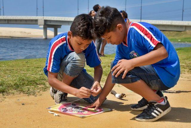 Em Maricá, crianças aprendem com a arte de soltar pipas
