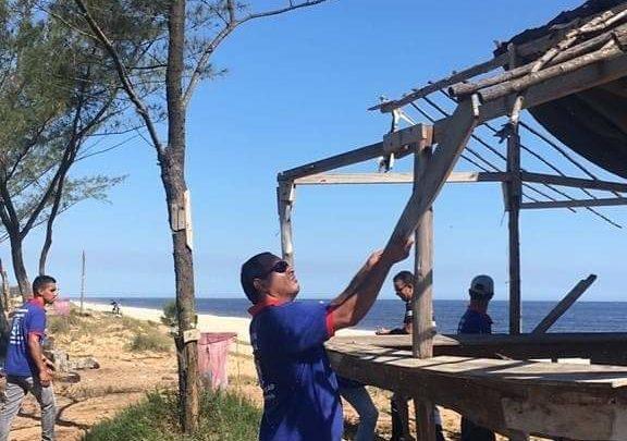 Prefeitura retira barracas irregulares na Orla de Itaipuaçu
