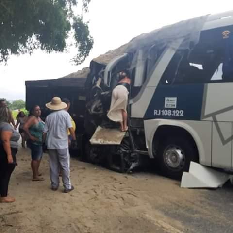Um grave acidente deixa um morto na RJ 106 em Sampaio Corrêa