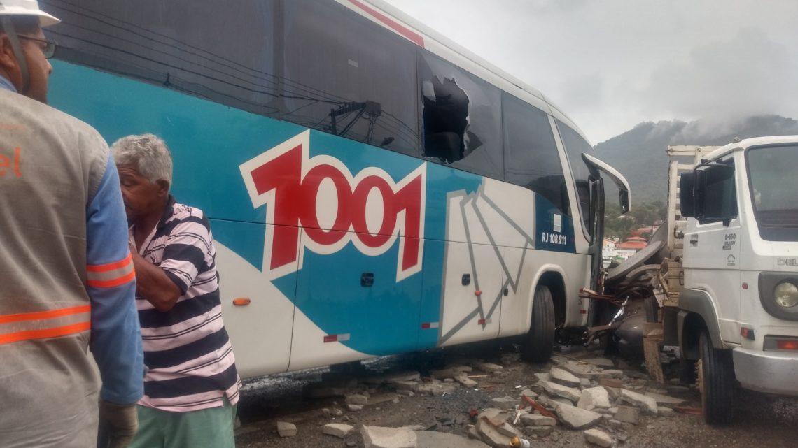 Um grave acidente entre um ônibus e caminhão deixa uma pessoa ferida na RJ 106