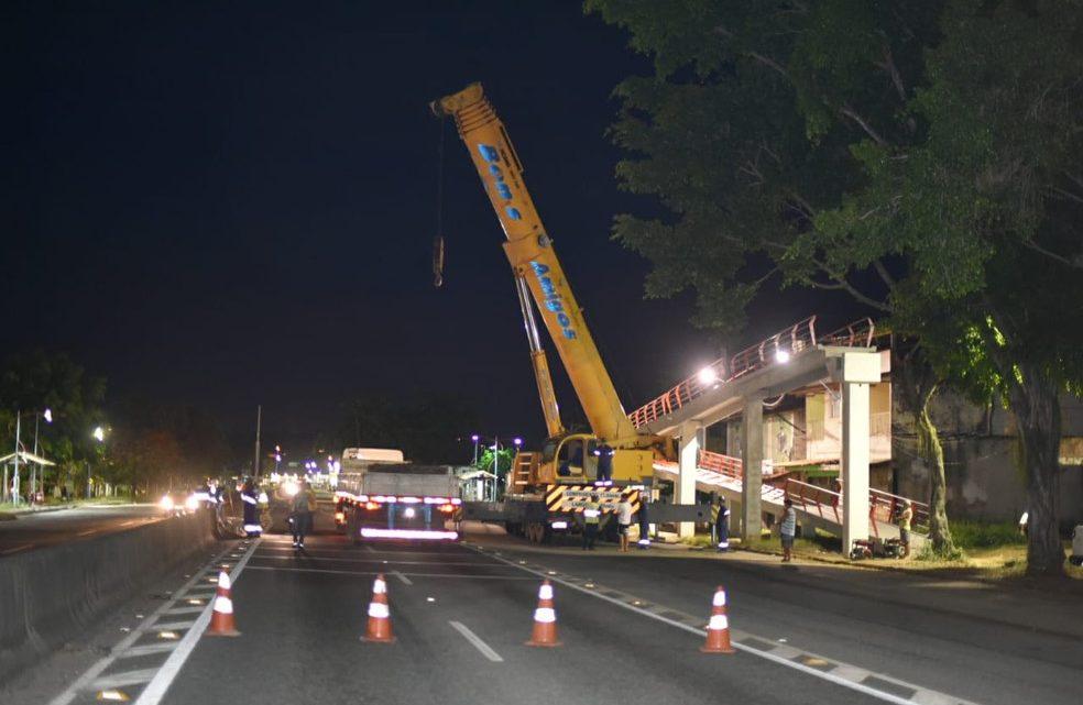 RJ-106 é bloqueada para instalação de nova passarela em Maricá, RJ, na noite desta segunda