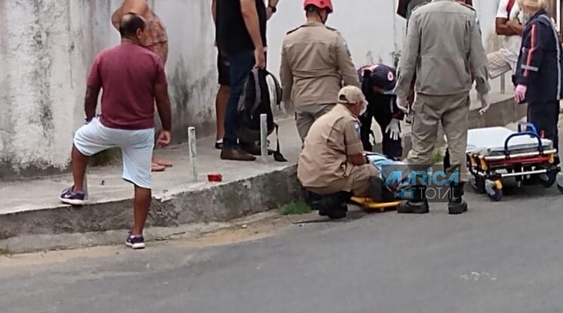 ACIDENTE ENTRE CARRO E MOTO DEIXA UM HOMEM FERIDO NO CENTRO