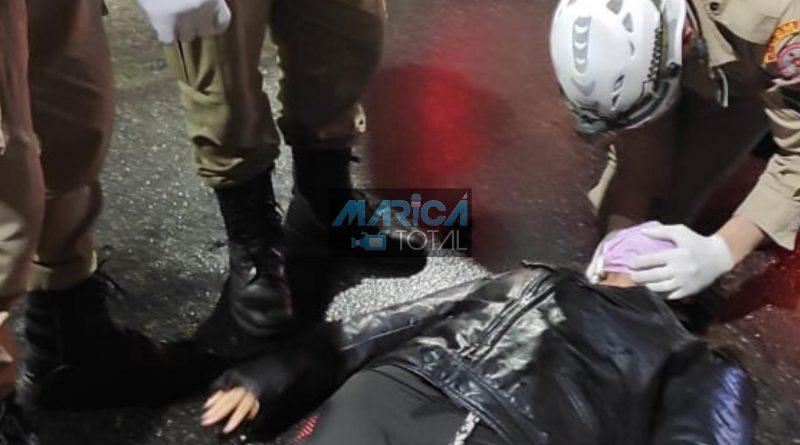 Acidente de carro e moto deixa uma pessoa ferida no centro de Maricá