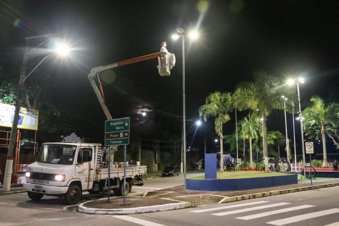 Áreas públicas têm iluminação reduzida para diminuir circulação noturna