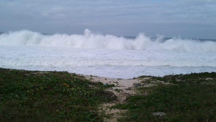 Mar agitado em Barra de Maricá