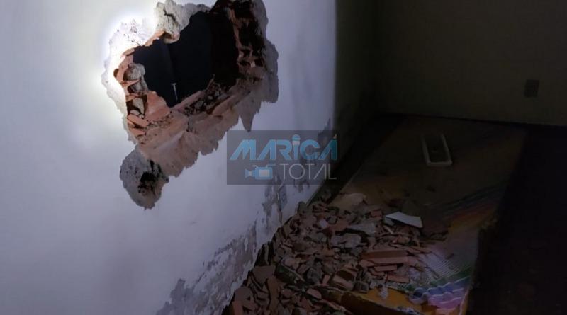 Criminosos fazem buraco na parede para roubarem caixa eletrônico