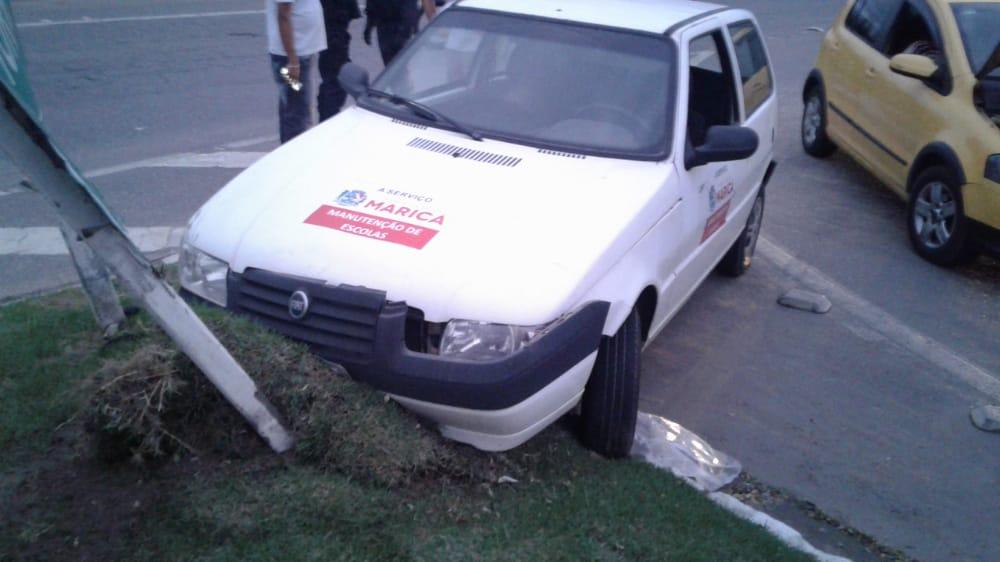 Acidente entre carro e moto na RJ-106