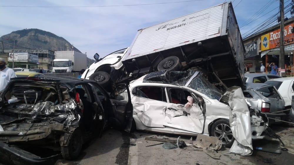 Acidente com 8 carros e 2 caminhões na RJ-106