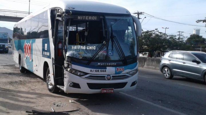 Motorista de ônibus passa mal e bate em caminhão