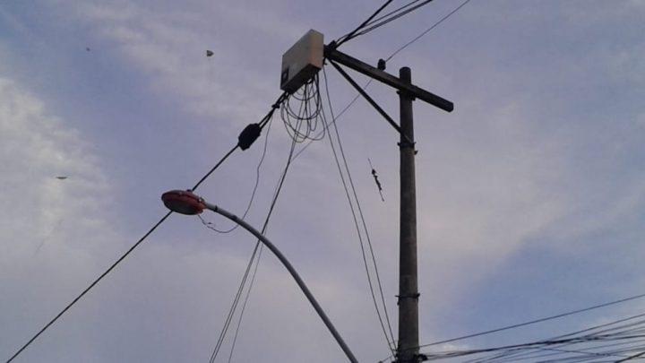 Linha chilena corta fio de poste e deixa moradores sem luz