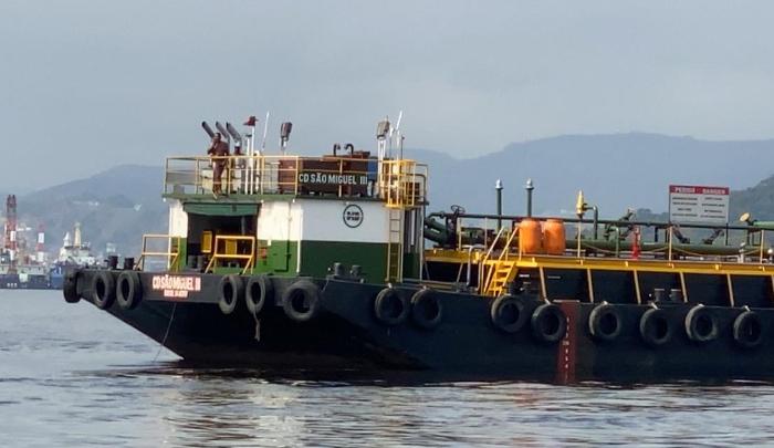Homem invade balsa na Baía de Guanabara e ameaça tripulantes