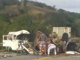 Homem morre em acidente gravíssimo entre Kombi e caminhão na RJ-116
