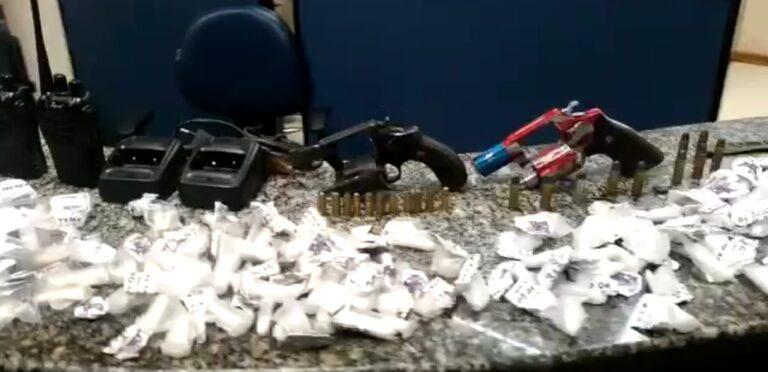 Jovens são detidos transportando drogas em Rio Bonito