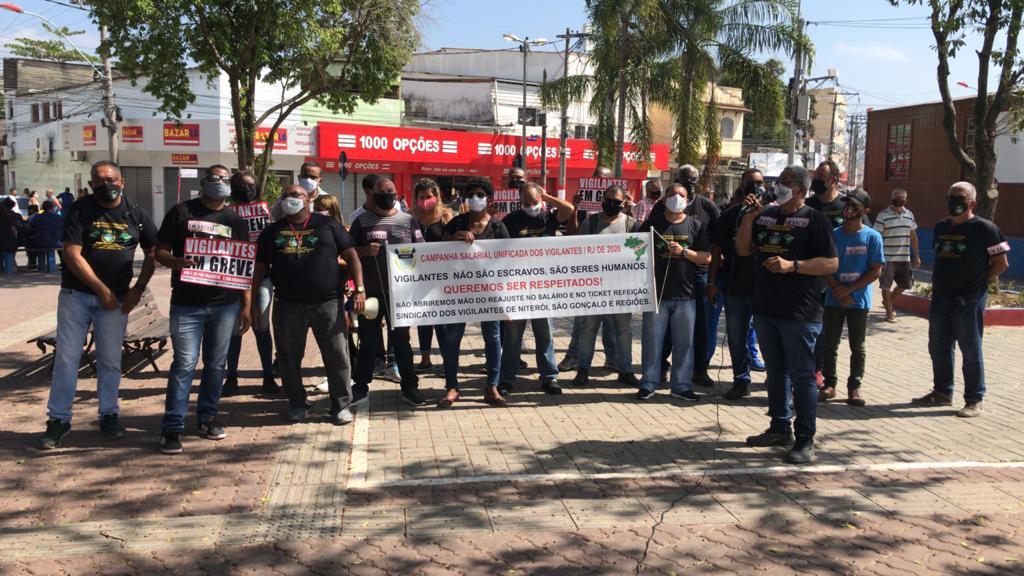 É por direitos! Vigilantes fazem manifestação no Centro de Maricá