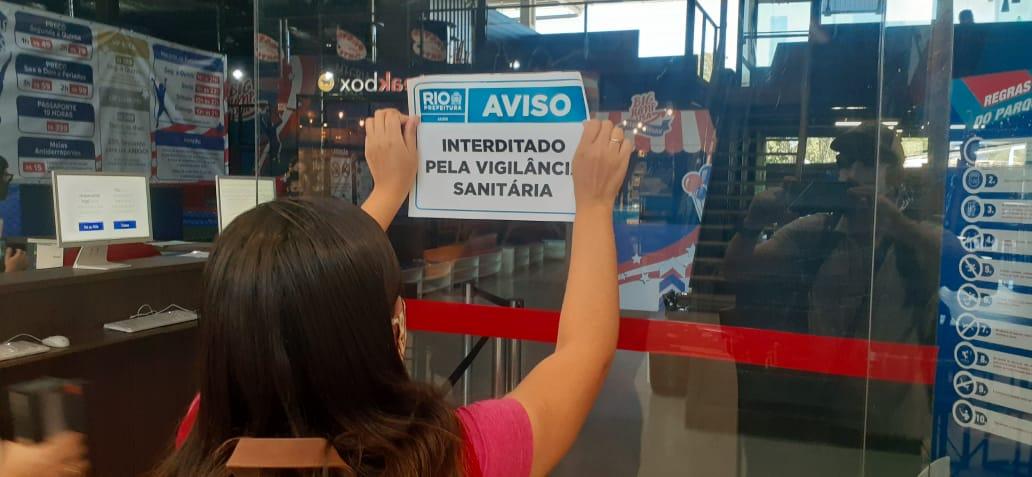 Prefeitura interdita espaço de lazer para crianças e boliche em shopping na Barra da Tijuca