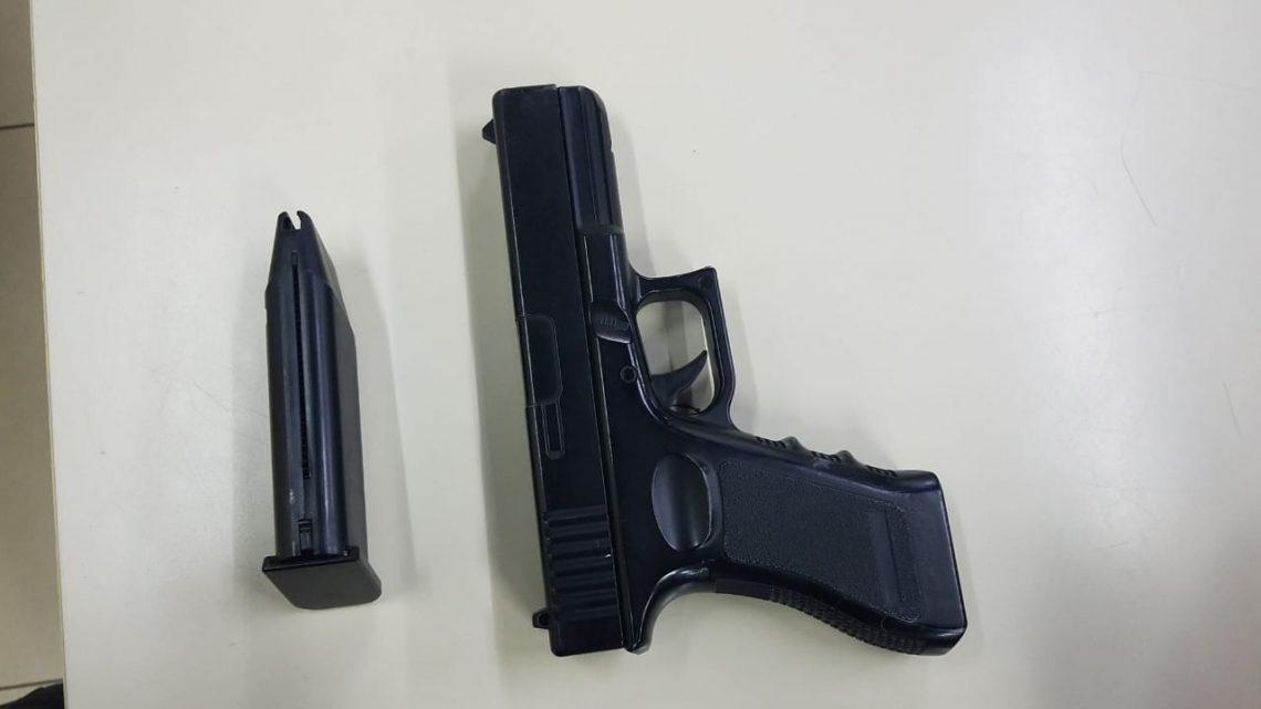 Jovem é  detido com pistola   de AirSoft no Centro de Maricá