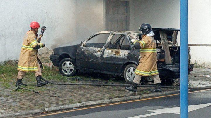 Veículo pega fogo no centro de Maricá