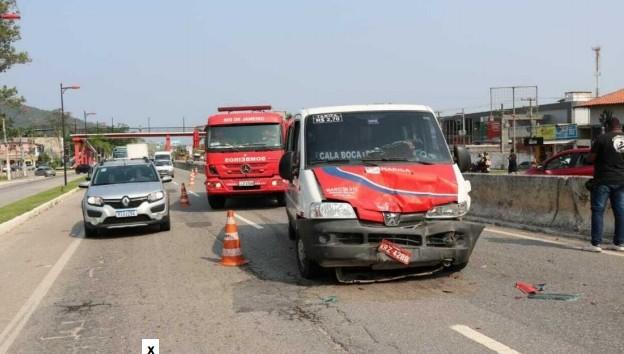 Acidentes deixam duas pessoas feridas na RJ 106