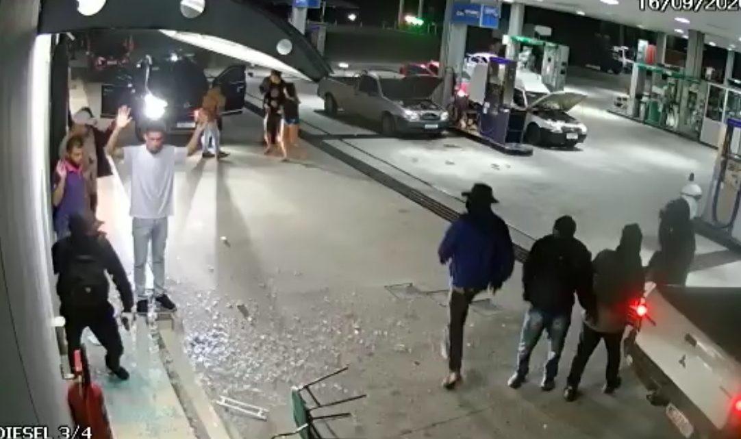 Criminosos assaltam posto de gasolina em Itaboraí