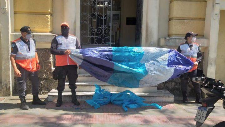 Balão de 5 metros é apreendido após cair em Niterói