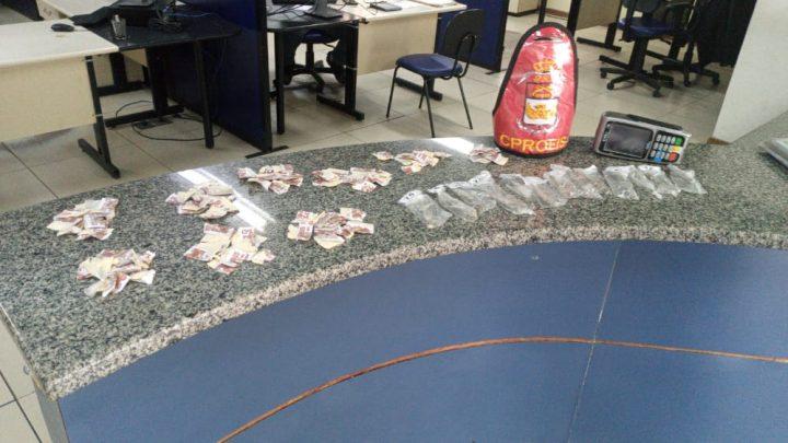 PMs apreende uma bolsa com drogas em Maricá-RJ