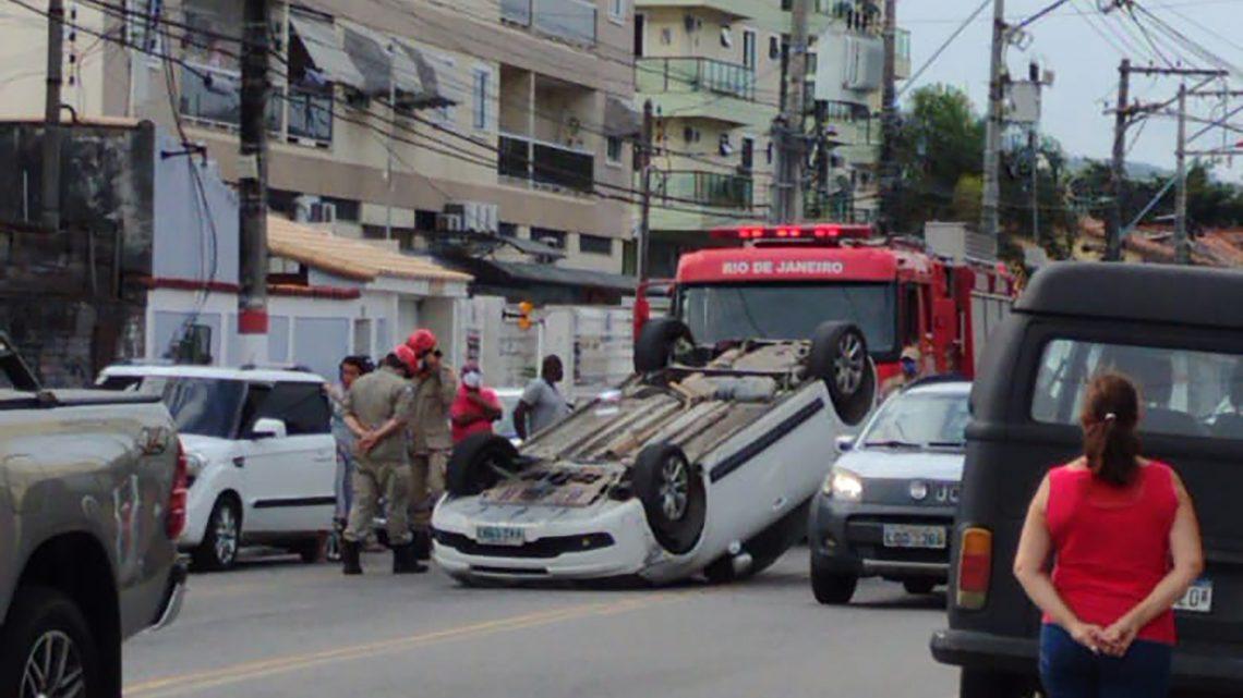 Carro capota e deixar condutor ferido em Maricá-RJ