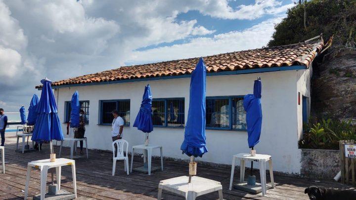 Cabo Frio: Prefeitura multa estabelecimento na Praia do Peró por despejo de esgoto em área de proteção