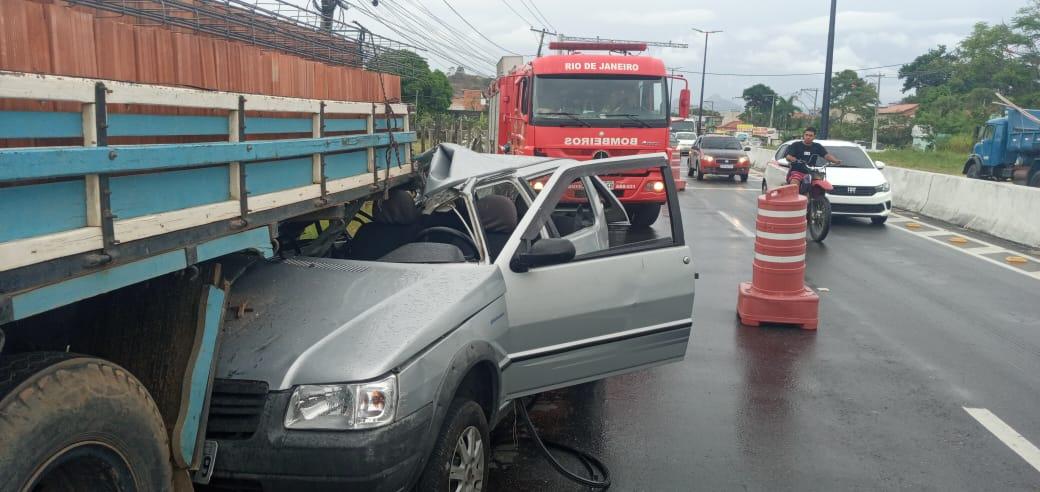 Um grave acidente na RJ 106 deixa uma pessoa ferida em Maricá-RJ