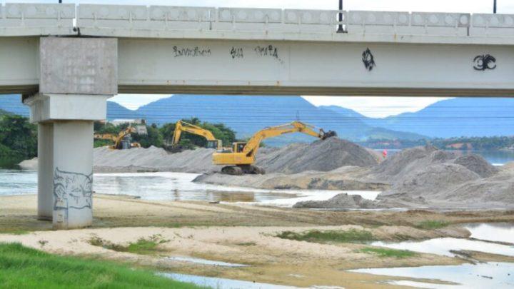 Prefeitura reforça maquinário para acelerar abertura do canal da Barra