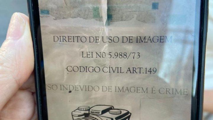 Cartaz proíbe filmagem da vacinação em São Gonçalo, no RJ, em meio a suspeitas de seringas vazias em outros municípios