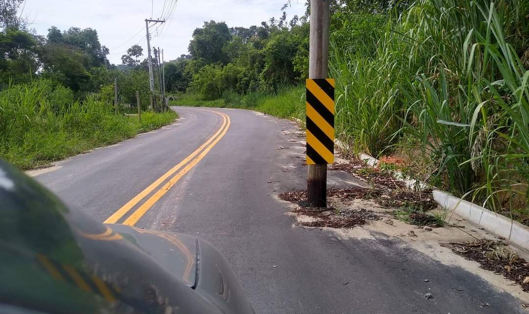 Postes no meio do asfalto preocupam motoristas em Maricá