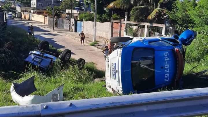 Viatura da PM capota na BR-101, em São Gonçalo