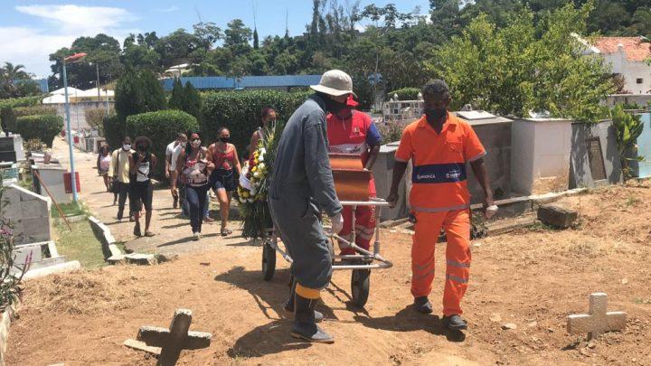 Jovens mortos em chacina são sepultados em Maricá