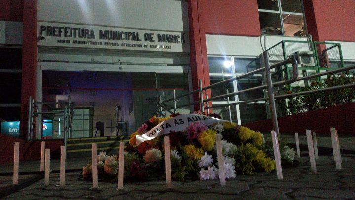 Profissionais da educação do realizam protesto em frente a prefeitura de Maricá