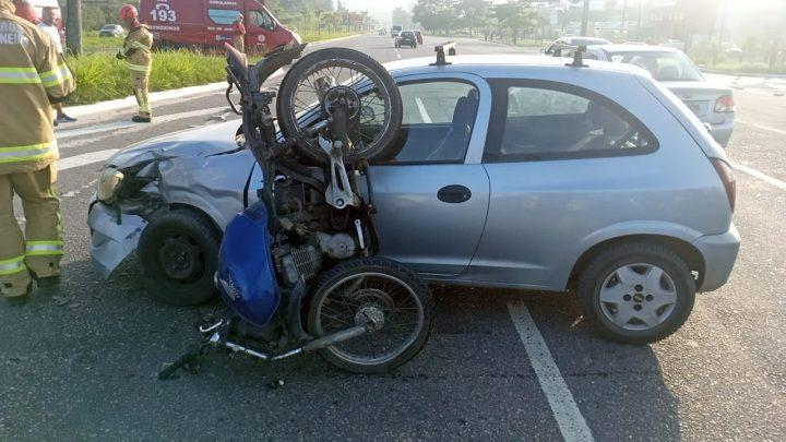 Colisão entre carro e moto deixa homem ferido na RJ-106, em Maricá