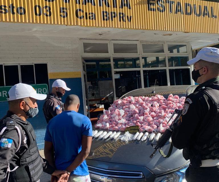 Motorista de aplicativo é preso transportando drogas em Saquarema