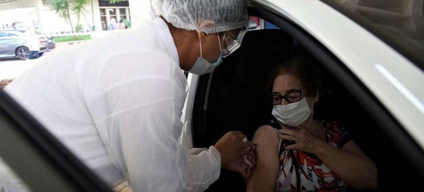 Niterói retoma aplicação de primeira dose da vacina contra covid-19