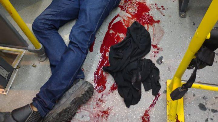 Tiroteio dentro de ônibus deixa um morto e passageiros baleados em Niterói