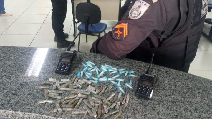 Drogas e rádios transmissores são apreendidos em Maricá