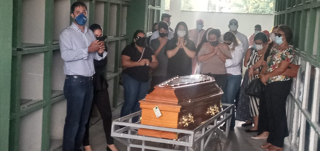 Corpo do delegado Júlio César Mulatinho é sepultado em Maricá