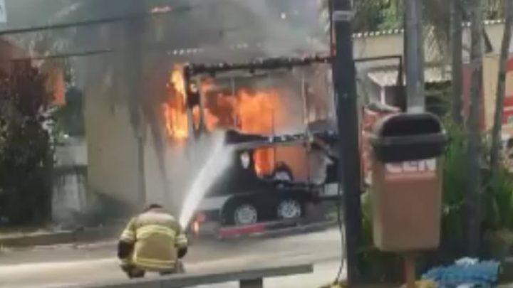 Trailer pega fogo na Região Oceânica em Niterói