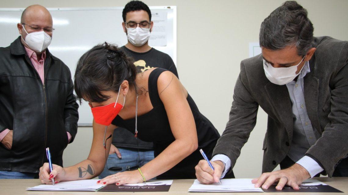Prefeitura assina contrato de aquisição da casa de Beth Carvalho em Maricá