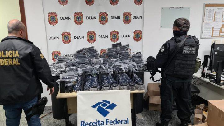 PF apreende centenas de carregadores de fuzis, pistolas e acessórios no Rio